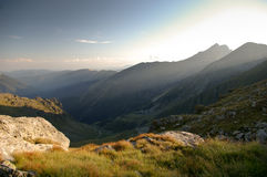 Vallée de montagne dans la lumière excessive de fin de l'après-midi Photographie stock