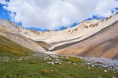 Vallée de montagne dans le secteur de la chaîne d'Alai Images stock