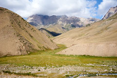 Vallée de montagne dans le secteur de la chaîne d'Alai Photographie stock libre de droits