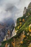 Vallée de montagne dans les montagnes de Bucegi, Roumanie Photographie stock libre de droits