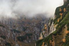 Vallée de montagne dans les montagnes de Bucegi, Roumanie Photographie stock