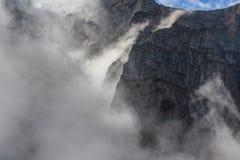 Vallée de montagne dans les montagnes de Bucegi, Roumanie Image stock