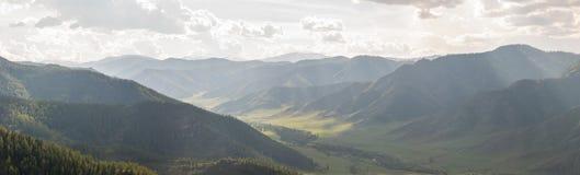 Vallée de montagne dans les rayons du soleil de midi Images libres de droits