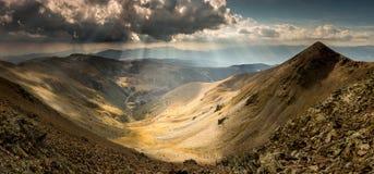 Vallée de montagne ensoleillée par des rayons de Sun dans les Pyrénées photographie stock