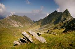 Vallée de montagne le jour d'été dans la région sauvage Images stock