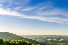 Vallée de montagne pendant le coucher du soleil aménagez l'été normal Image libre de droits