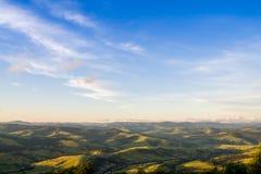 Vallée de montagne pendant le coucher du soleil aménagez l'été normal Image stock