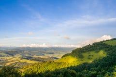 Vallée de montagne pendant le coucher du soleil aménagez l'été normal Photographie stock libre de droits