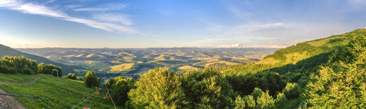 Vallée de montagne pendant le coucher du soleil aménagez l'été normal Photo stock