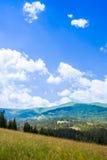 Vallée de montagne pendant le jour d'été aménagez l'été normal Photographie stock