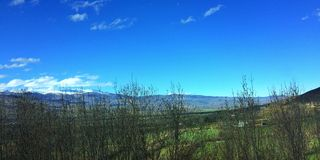 Vallée de montagnes sur sping Images libres de droits