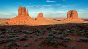 Vallée de monument, coucher du soleil aux Etats-Unis photographie stock