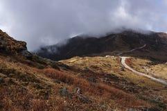 Vallée de Nathang sous des nuages, Sikkim Photos stock
