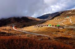 Vallée de Nathang sous des nuages, Sikkim Photo stock