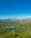 Vallée de Neretva avec de petits lacs et ciel bleu d'espace libre Photos stock