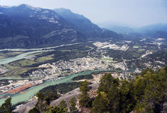 Vallée de Squamish sous des montagnes de côte Image stock