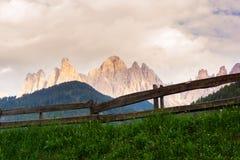 Vallée de Val di Funes, montagnes de Dolomiti Photographie stock