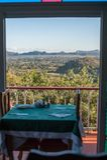 Vallée de Vinales, vue de fenêtre aux collines de Vinales photo libre de droits