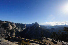 Vallée de Yosemite une nuit éclairée par la lune photo stock