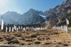Vallée de Yumthang avec les drapeaux tibétains de prière sur le champ d'herbe en hiver chez Lachung Le Sikkim du nord, Inde Photos stock