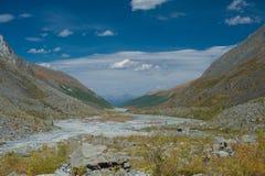 Vallée des montagnes avec le ciel bleu Photographie stock