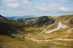 Vallée en montagnes 2 de Bucegi Image stock