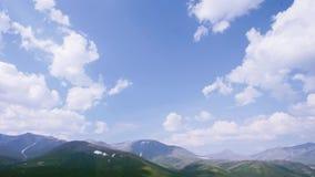 Vallée en pierre de montagne Montagnes d'Ural banque de vidéos