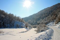 Vallée ensoleillée de l'hiver Image libre de droits