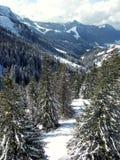 Vallée ensoleillée en montagne de ski Images libres de droits