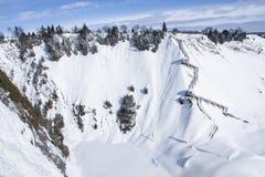 Vallée entre les montagnes neigeuses - Montmorency, Québec Photos stock