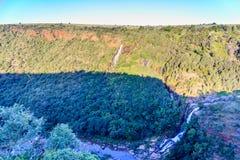 Vallée et cascade à écriture ligne par ligne photo stock
