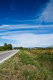 Vallée et le ciel bleu images stock