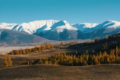 Vallée et montagne de neige, montagnes d'Altai, arête de Chuya, Sibérie occidentale Image stock