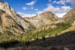 Vallée et montagnes menant dans Yosemite dans le début de la matinée Images libres de droits