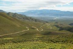 Vallée et route au à l'endroit connu sous le nom de Serrania del Hornocal photographie stock libre de droits