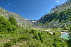 Vallée glaciaire entre de hautes montagnes Photos stock