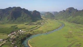 Vallée large avec la rivière et la ville au panorama aérien de montagnes banque de vidéos
