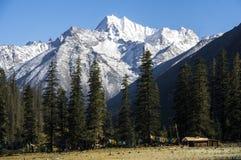 Vallée, montagne et habitat de Dorphu dans Kham Thibet Photos libres de droits