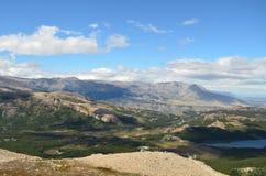 Vallée Patagonian de forêt dans un jour ensoleillé images libres de droits