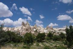 Vallée rocheuse d'amour de grès de beau désert avec les troglodytes énormes en ciel bleu Images libres de droits