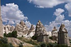 vallée rocheuse d'amour de grès de beau désert avec les troglodytes énormes se levant en ciel bleu Image libre de droits