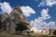 Vallée rocheuse d'amour de grès de beau désert scénique avec les troglodytes énormes en ciel bleu Photo libre de droits