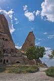 Vallée rocheuse de grès de beau désert avec le refuge chrétien de maison de troglodyte historique énorme en ciel bleu photo libre de droits
