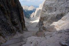 Vallée rugueuse et raide dans les montagnes les dolomites/au Tyrol du sud Image stock
