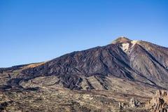 Vallée, sommet de montagne et ciel bleu d'espace libre - Image stock