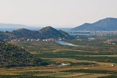 Vallée verte avec la mer et côtes dans la distance images stock
