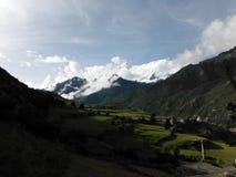 Vallée verte de l'Himalaya avec la crête de Milou Annapurna IV Photo stock