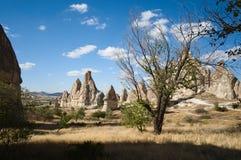 Vallées et déserts de Cappadocia, roches célèbres et maisons de caverne images stock