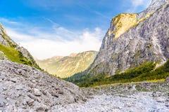 Vall?e de montagnes pr?s de Koenigssee, Konigsee, parc national de Berchtesgaden, Bavi?re, Allemagne images stock