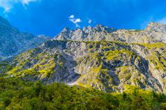 Vall?e en montagnes d'Alpes pr?s de Koenigssee, Konigsee, parc national de Berchtesgaden, Bavi?re, Allemagne photographie stock